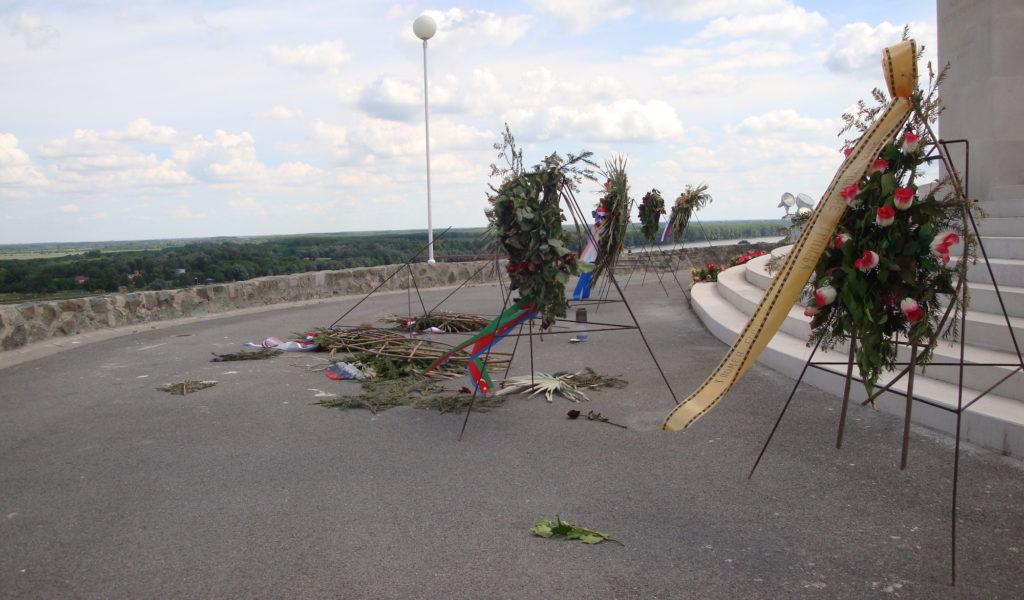 spomenik batinskoj bitci, vijenci